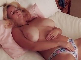 Fuck this hottie has some nice big tits plus she makes me want to boob fuck their way
