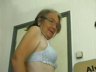 This four eyed granny loves homemade fuck coupled with she gives some good head