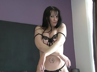 Provocative video for mature Tanya Cox playing with her pussy
