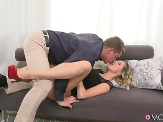 Drawing blonde offers intriguing missionary sex on the couch